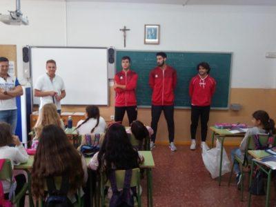 El equipo comparte experiencias con los más pequeños en varios colegios de Villarrobledo