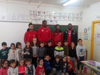 Los jugadores del primer equipo visitan los colegios para fomentar la asistencia al partido del sábado